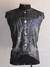 Photo: Colete rococó curto em brocado preto e prata. A partir de R$ 80,00.