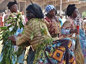 Photo: Buchstäblich aus der Reihe tanzen plötzlich Juju-Frauen. 2