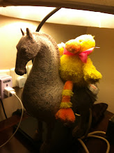 Photo: Travel duck makes friends with the hotel lamp in Xi'an