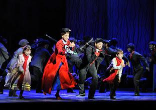 """Photo: MUSICAL """"MARY POPPINS"""" im Wiener Ronacher. Inszenierung Antony Lyn. Premiere am 1.10.2014.  Annemieke van Dam, David Boyd, Jonas Zeiler. Copyright: Barbara Zeininger"""