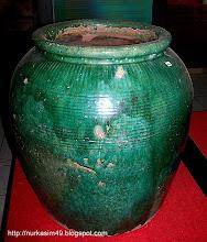 Photo: Tempat air  atau tempayan keramik Dinasti Ching, abad XVIII. Bempa (Bugis), Gumbang (Makassar). http://nurkasim49.blogspot.ca