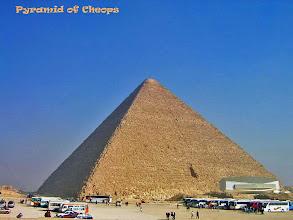 Photo: De Piramide van Cheops, zuidkant met daarvoor het nieuwe museum