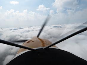 Photo: 10h le brouillard se lève ! On peut décoller et on passe au dessus de la couche, c'est tout blanc droit devant !