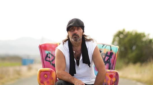 Miguel Campello posa para su disco \'5\'.