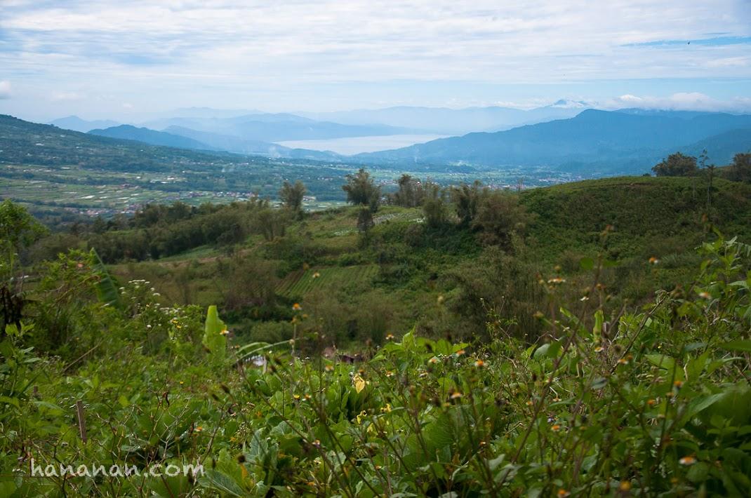 Danau Maninjau di kaki Gunung Singgalang.