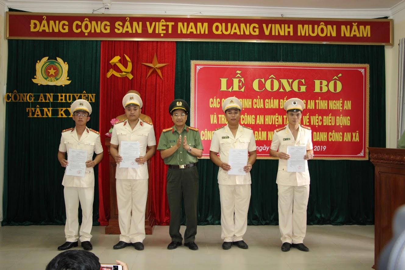 Đại tá Hồ Văn Tứ - Phó Giám đốc Công an tỉnh trao Quyết định cho các đồng chí Trưởng Công an xã