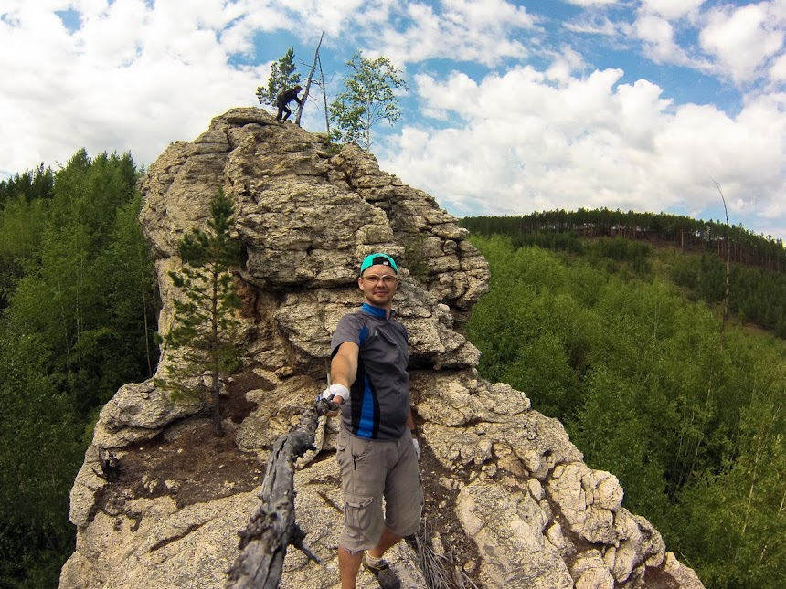 На вершине останцов находящися на противоположном склоне от слюдяных штолней
