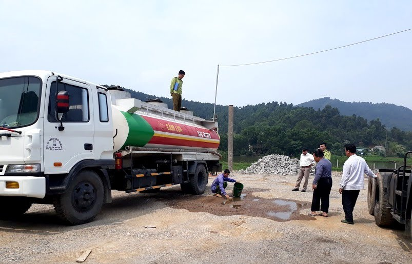 Lực lượng quản lý thị trường Nghệ An kiểm tra mẫu xăng  tại một cửa hàng xăng dầu trên địa bàn
