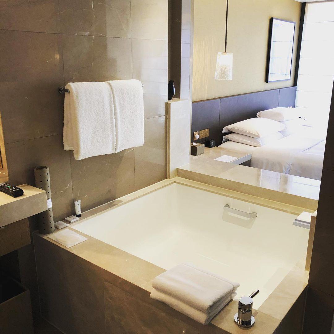 浴室另一角度,可望到房間,亦可落簾,私隱度十足