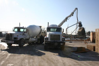 Photo: Putting Two Concrete Trucks Onto the 52 Meter Pump