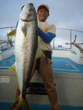 """Photo: やりましたー!""""ヤマグチさん""""! 長崎初フィッシュはオオマサ120cm、12.8kgでしたー!"""