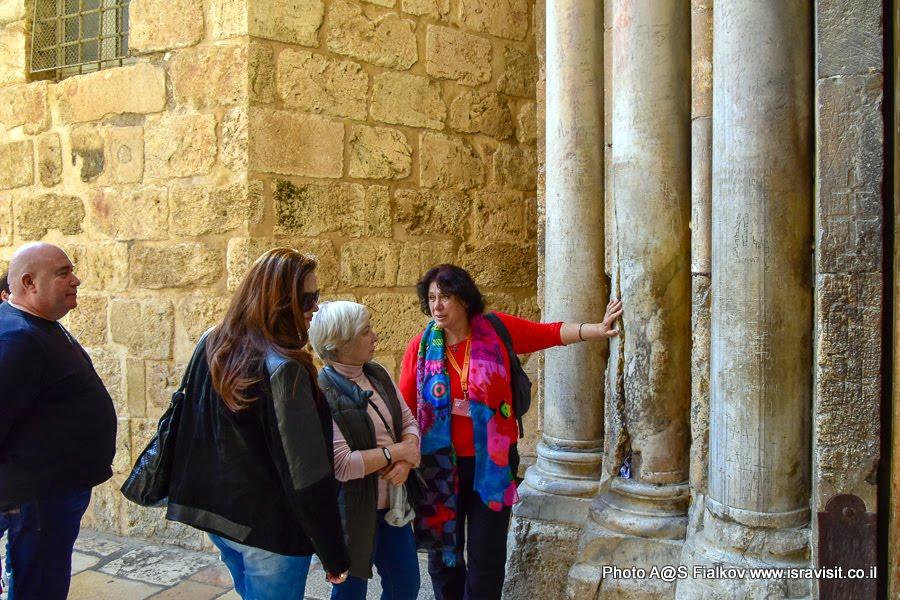 Колонна, возле которой сошёл Благодатный огонь. У входа в Храм Гроба Господня. Экскурсия с гидом Светланой Фиалковой в Храме Гроба Господня. Иерусалим.