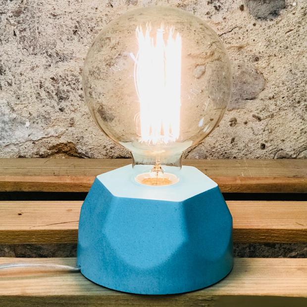 Lampe design en béton turquoise avec son ampoule à filament