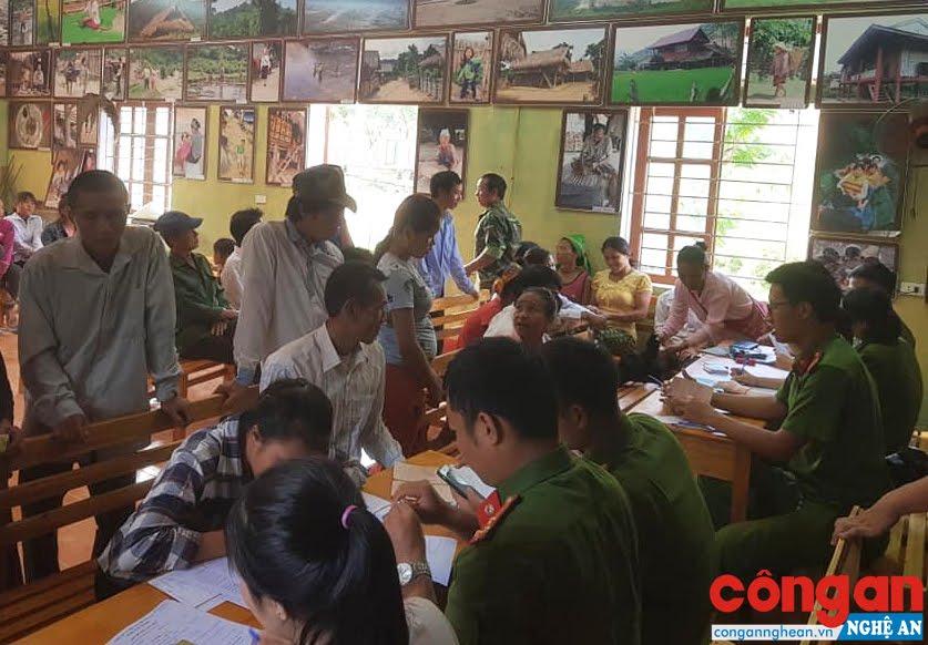 Cán bộ Công an huyện Con Cuông xuống tận bản làm thủ tục cấp phát CMND cho người dân