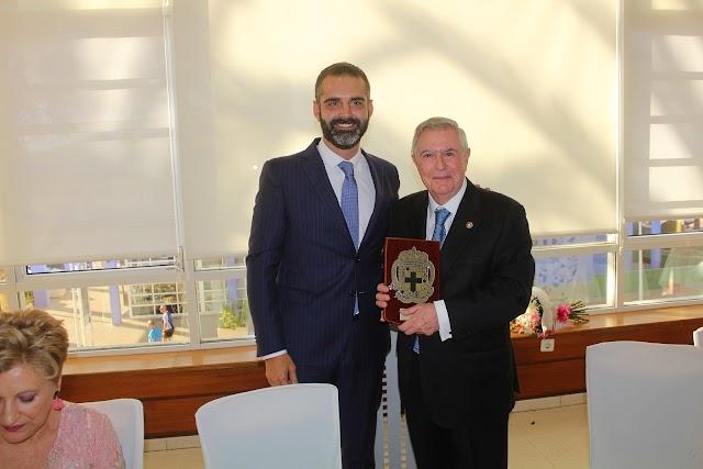 Ramón Fernández-Pacheco, alcalde de Almería, entregó una metopa al homenajeado.