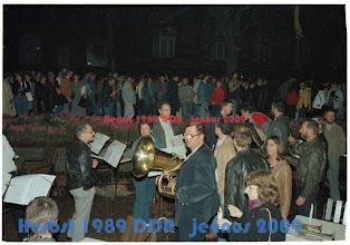 Photo: Mutige Mitglieder des Schweriner Blechbläser-Collegiums, alle sind Musiker der Mecklenburgischen Staatskapelle Schwerin (hier bei der DEMO im Oktober 1989 am Pfaffenteich in Schwerin) Bildmitte mit der Tuba Hans-Dieter Rottenberg.  Nach meinem Wissen, ist die 1. Montagsdemo in Schwerin, die Einzige in der ddr, die mit klassischer Live-Musik begleitet wurde. Das hat die Welt bislang nicht zur Kenntnis genommen. Weltbekannt wurde bislang nur: nach dem Mauerfall am 9. November 1989, flog der russische, weltbekannte Cellist und Dirigent Mstislav Leopoldowitsch Rostropowitsch spontan von Paris nach Berlin. An der Mauer spielte er am 11. November 1989 die Cello Suiten von Johann Sebastian Bach. Einer der denkwürdigsten Momente der Geschichte.