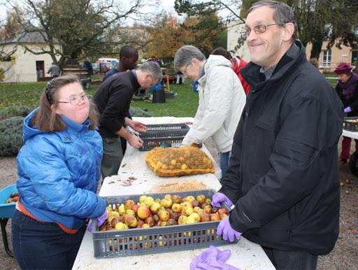 Ramassage pommes à L'Arche à Beauvais