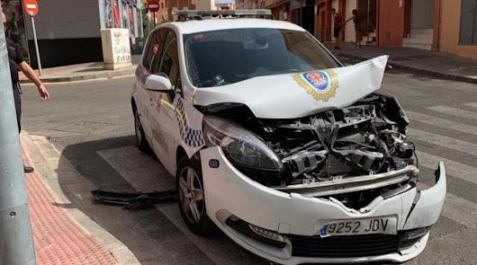 Vehículo patrulla de la Policía Local de Almería destrozado tras el impacto