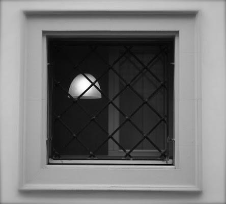 Il mondo guarda dentro una finestra di ojala