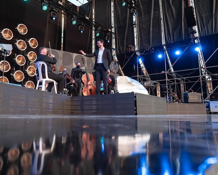 El tenor almeriense dando las gracias al equipo de músicos