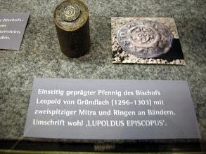"""Photo: Einseitiger Pfennig: Vorderseite mit mitriertem Kopf Leupold I. von Gründlach (1296-1303), Dm. 16,2 mm - unterhalb des Plankensteins gefunden. Krug Nr. 92 - Inv.-Nr. 2342 L Umschrift: """"LVPOLDVS EPI ..."""" (Episcopus)"""