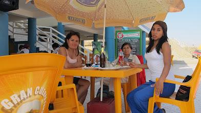 Photo: Margarita / Elizabeth / Carmen (Izq.-Der.) Almuerzo en restaurante del Complejo Turistico de Poza de Lisas
