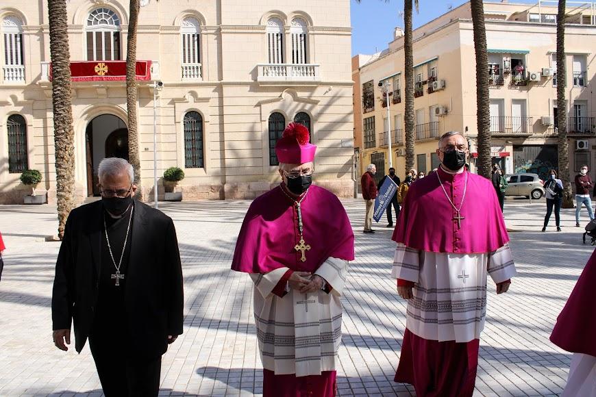 El arzobispo metropolitano de Granada, el obispo de Almería y el obispo coadjutor tras jurar su cargo en el Palacio Episcopal.