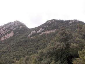 Photo: Puig de Castell d'Arget à G, Coll de la Ginesta au Centre et Puig de la Fillola à D,depuis le Coll Sabassa