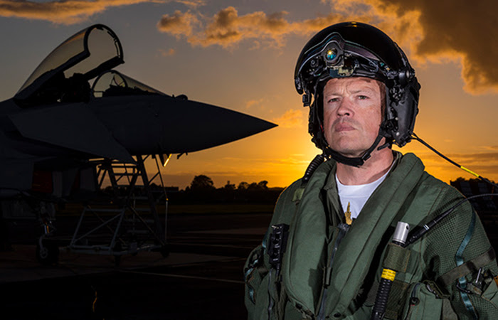 Истребитель и шлем пилота Striker II: Трансформирующий воздушный бой