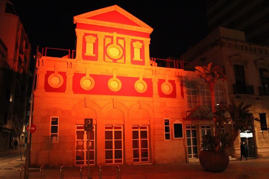 El Teatro Apolo iluminado de naranja por el Día Mundial del Síndrome de Asperger.