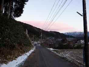 前方に伊吹山の白い山頂