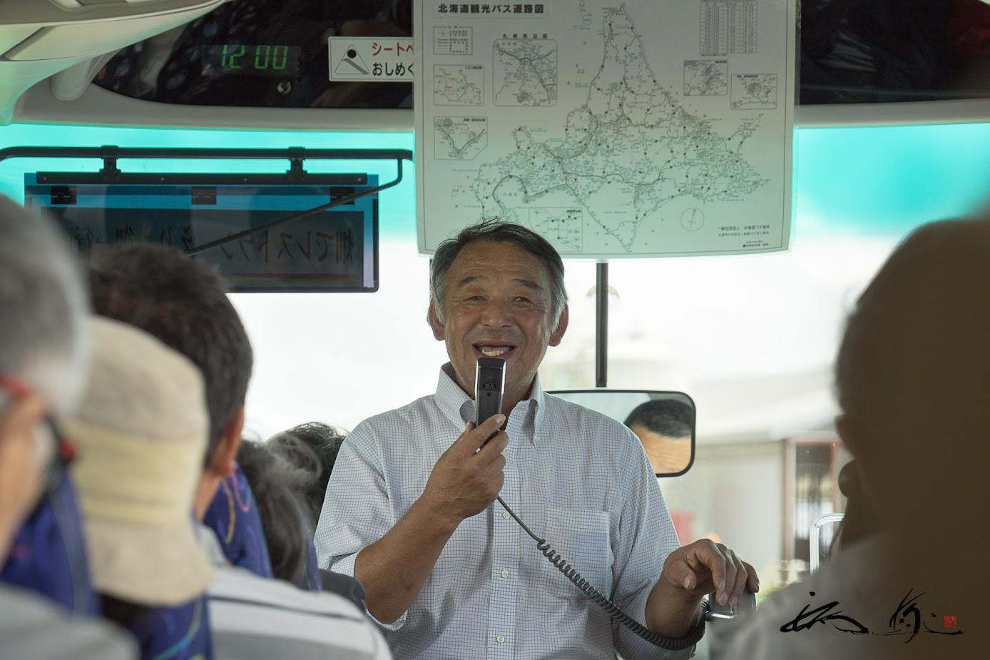 バスの中で説明される高橋さん