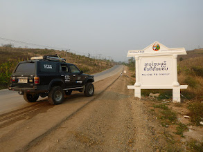 Photo: Hned za hranicí nás příjemně překvapuje asfaltová silnice, kterou jsme v této části Laosu opravdu nečekali. Později se dozvídáme, že ji vystavěli kvůli 67 kilomerů vzdálené elektrárně, která má být zanedlouho zprovozněna. Údajně se má jednat o jednu z největších spaloven hnědého uhlí v JV Asii.