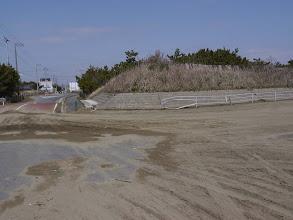Photo: 海岸につながる道路を海側から見ています。ガードレールが曲がっています。