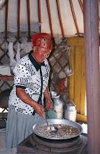 Photo: 03197 ブルド/バスハダール家/麺作り/羊肉の角切りスープに塩味をつけて麺を煮込む。