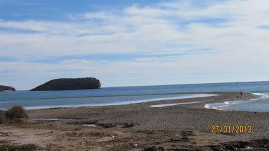 Photo: I dag ser vi att det ser ut som att man kan gå hela vägen över till andra stranden igen. Vi ger oss iväg ut för att testa