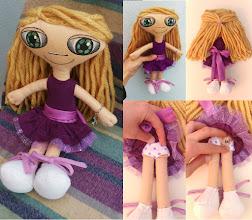 Photo: Boneca leda #2 Muñeca de fieltro cosida enteramente a mano, pelo de lana, cara pintada con pintura de tela. Numeradas y con certificado de adopción, no hay dos iguales. Semi personalizable.