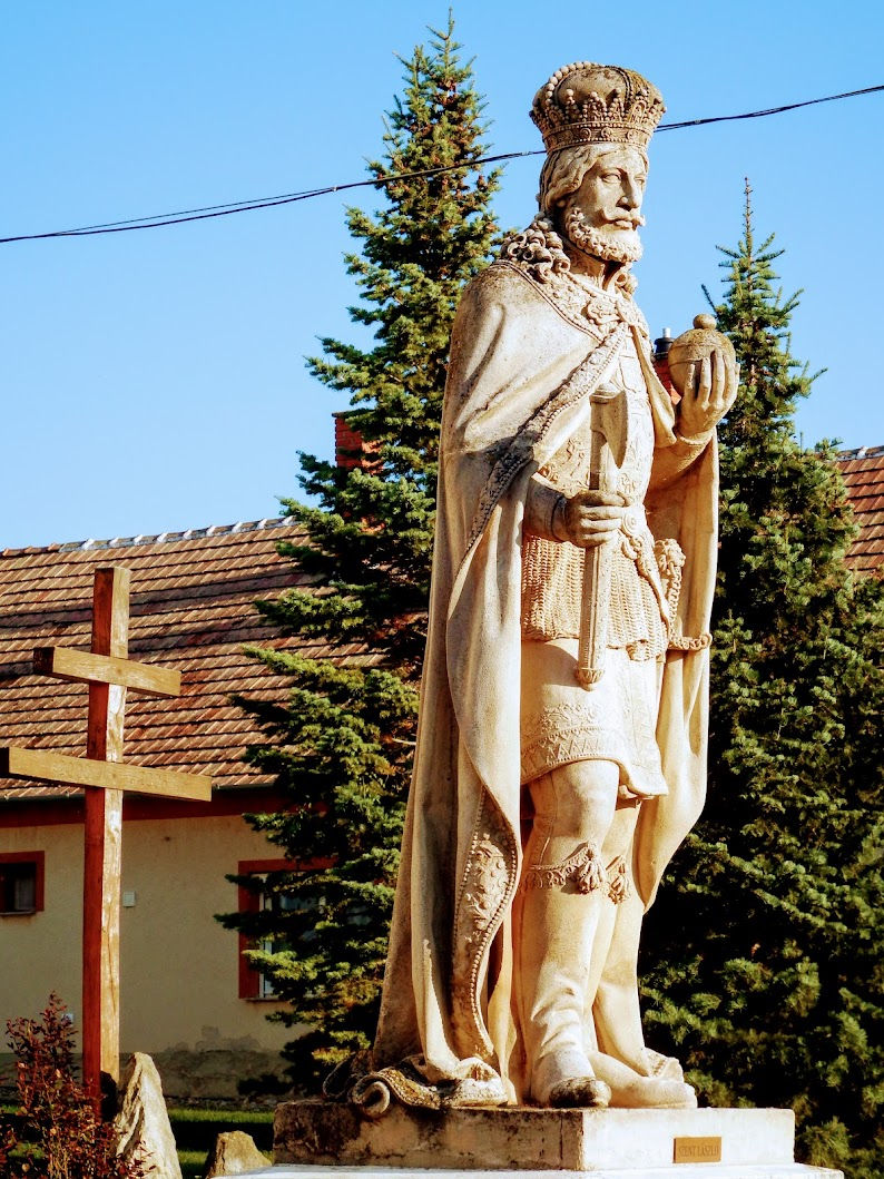 Simaság - Szent László-szobor a templom előtt