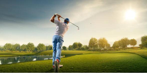 Мъж замахва със стик за голф на игрището