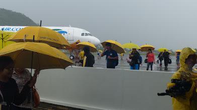 Photo: Regn ved ankomsten til Legaspi - men flyselskabet (Cebu) forsyner alle passagerer med paraplyer - og så endda gule :)