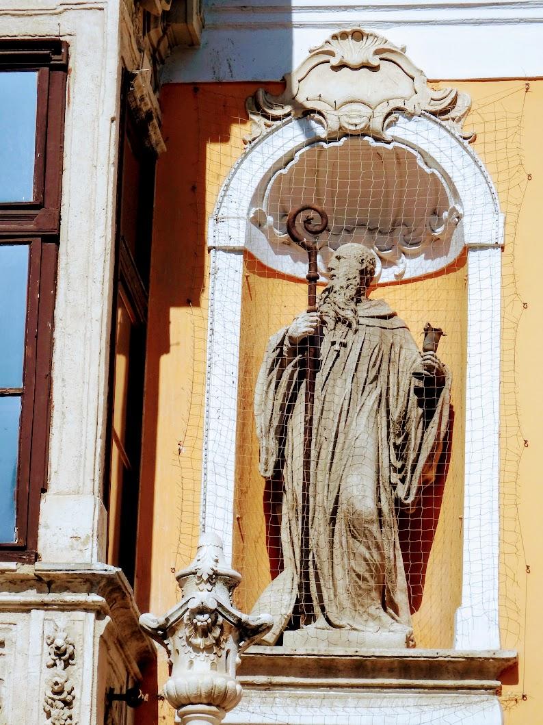 Győr - Apátúr-ház épületszobrai
