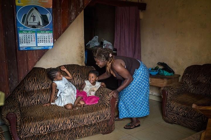 Princesse sorrindo com duas crianças.