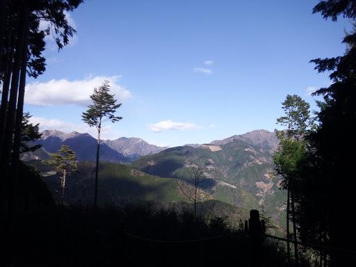 伐採跡地からの展望(右にバラの段、奥は八紘嶺など)