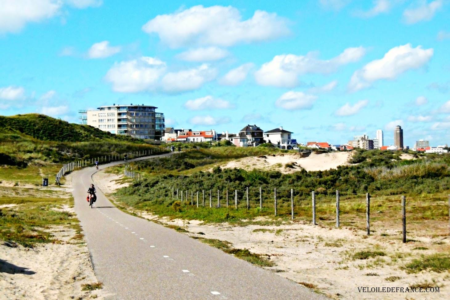La station balnéaire Zandvoort au loin - Blog LF1 : La véloroute de la Mer du Nord d'Amsterdam à Bruges par veloiledefrance.com