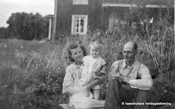 Photo: Marielund 1952 familjen Almkvist. Min uppväxt på Marielund. Jag, Ingrid Nyberg (Almkvist) växte upp i Vasselhyttan på 50-talet, Det var lugnt och harmoniskt. Ragnar och Viola Almqvist var mina föräldrar. De hade jordbruk med kor, höns, en gris och en arbetshäst, som pappa körde i skogen med. Vi bodde i Marielund, som gården heter, den finns fortfarande kvar, min yngre syster Ajna med familj bor där nu, det känns så bra, att bara känna tanken att nu kan jag åka hem en liten stund till syrran och hälsa på. Jag fick vara med tidigt och hjälpa till med gårdens sysslor. Det blev mera ju äldre man blev. Ibland brukade jag gå genom skogen till Flögfors, där mina morbröder (Sahlholms) bodde, eller till Storåfors där min moster Helena och hennes man Johan Karlsson bodde. Övernatta brukade jag göra där ibland, det tyckte Helena och Johan var så roligt. De hade ju inga egna barn, så de blev jätteglada när jag kom på den idén. Jag och mina föräldrar Viola och