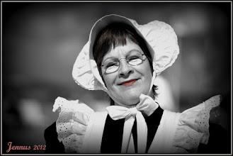 """Photo: Mariken – die Alleinunterhalterin im Original Warnemünder Mariken-Kostüm, als """"Klolegin Wehzeh"""", die Toilettenfrau mit  humorigen Programm oder als Lütt-Mariken mit Kinderstimmenimitation aus Rostock. Für Geschäftseröffnungen, Familienfeiern, Dorffeste u.v.m. – gern stehe ich für alle Anlässe bereit, in Hochdeutsch oder up Platt.Telefon: 0381 / 202 46 93Telefax: 0381 / 769 17 95E-Mail: mariken@t-online.de"""
