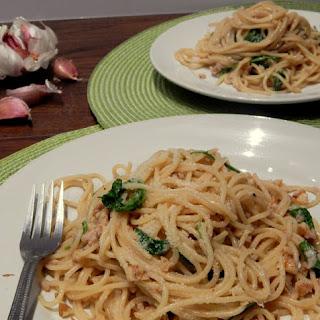 Pasta with Garlic Sauce, Arugula, and Walnuts