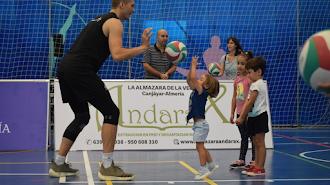El jugador ruso jugando con los niños.