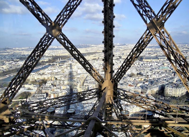 Sbirciando dalla Eiffel Tower. di toro46