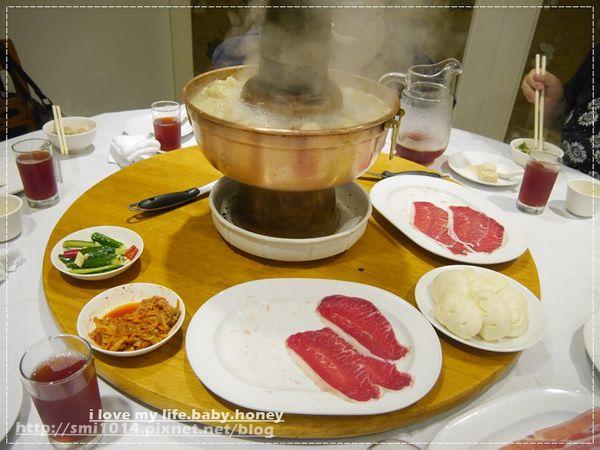 圍爐酸菜白肉鍋。銅爐、炭火加熱 吃起來更夠味。午間套餐便宜料多實在。捷運忠孝敦化站